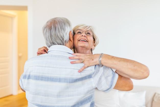 Hoofd geschoten portret lachende oudere vrouw dansen