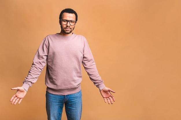 Hoofd geschoten studio portret over beige lege geïsoleerde trieste man voelt zich gefrustreerd en ongelukkig met gebroken hart persoonlijke problemen, wanhopige man misverstand