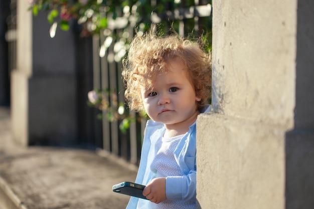 Hoofd geschoten van baby kind. kinderen gezicht, kleine jongen portret op zonnige dag.