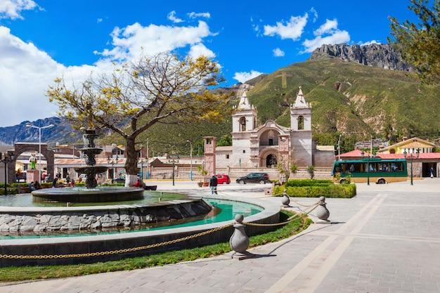 Hoofd katholieke kathedraal in chivay-stad in peru