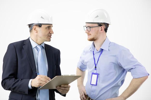 Hoofd van het project en hoofdingenieur die berekende technische beslissingen nemen
