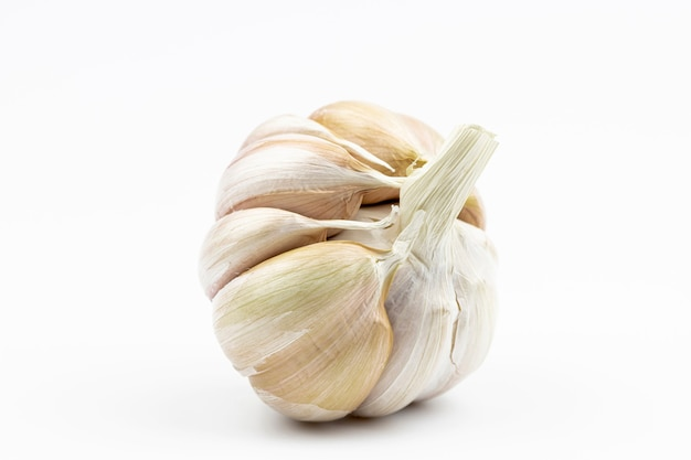 Hoofd van knoflook, wit-gele kleur, door close-up geïsoleerd op een witte achtergrond.