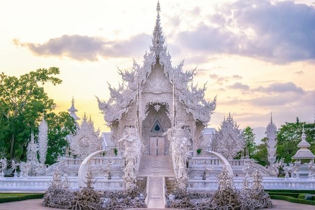Hoofdgebouw in de witte tempel in thailand.