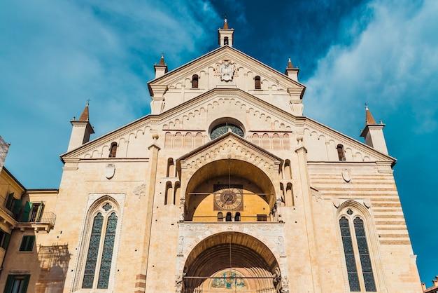 Hoofdgevel van de kathedraal van verona, verlicht door de zon.