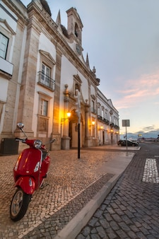 Hoofdingang aan historische binnenstad van faro-stad, portugal.