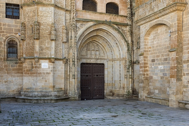 Hoofdingang in de kathedraal van coria. extremadura. spanje.