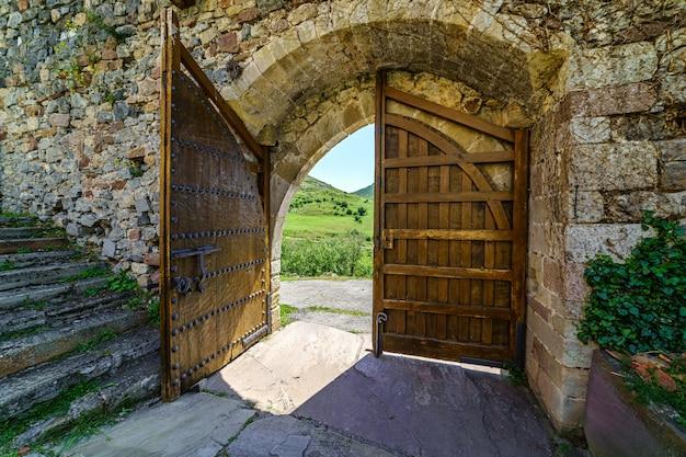 Hoofdingang naar het kasteel gemaakt van oud hout. argueso santander.