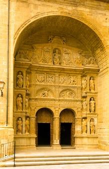 Hoofdingang van de kerk van st. thomas in haro