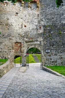 Hoofdingang van haapsalu episcopal castle. middeleeuws kasteel van bisschop, estland.