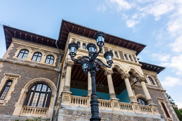 Hoofdingang van het kasteel cantacuzino in busteni