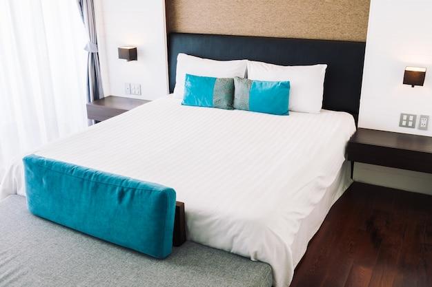 Hoofdkussen op beddecoratie in slaapkamerbinnenland
