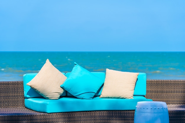 Hoofdkussen op de decoratie van het bankmeubilair neary overzees en strand op blauwe hemel