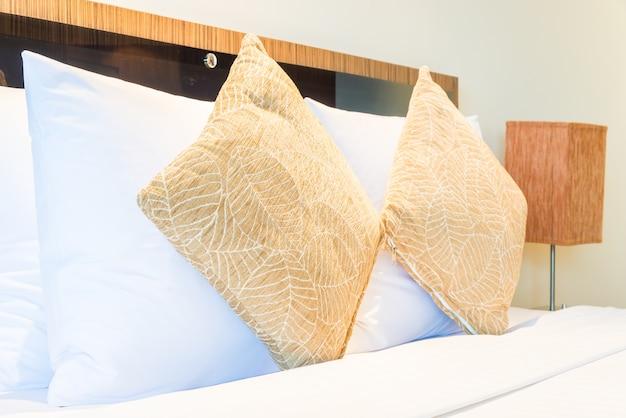 Hoofdkussenbed in luxe hotelkamer