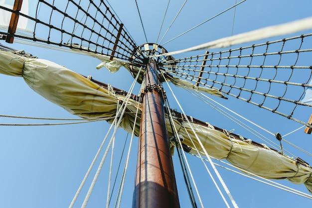 Hoofdmast en touwladders om de zeilen van een zeilboot te houden.
