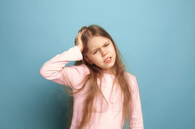 Hoofdpijn. verdrietig tienermeisje met hoofdpijn of pijn op blauw. gezichtsuitdrukkingen en mensen emoties concept