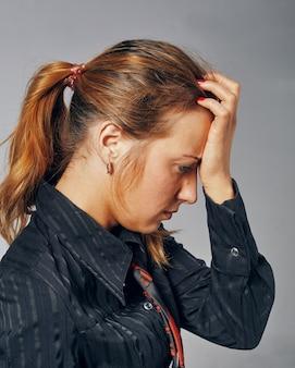 Hoofdpijn. vrouw met hoofdpijn.