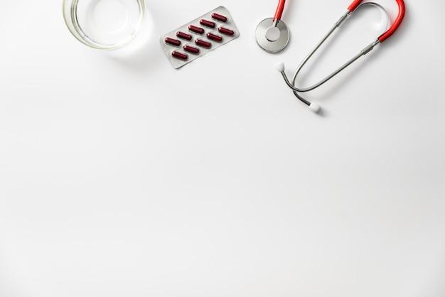 Hoofdpijnpillen op een witte achtergrond met exemplaarruimte die worden geïsoleerd.