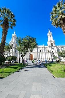 Hoofdplein van arequipa met kerk, in arequipa peru. arequipa's plaza de armas is een van de mooiste in peru.
