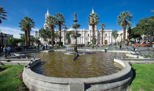 Hoofdplein van arequipa met kerk in arequipa peru. arequipa's plaza de armas is een van de mooiste in peru.