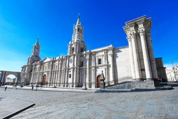 Hoofdplein van arequipa met kerk in arequipa peru arequipa's plaza de armas