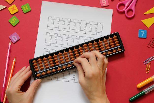 Hoofdrekenen en wiskunde concept: kleurrijke pennen en potloden, cijfers, abacus scores