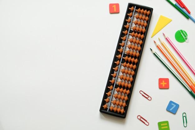 Hoofdrekenen en wiskunde concept: kleurrijke pennen en potloden, cijfers, telraam scores