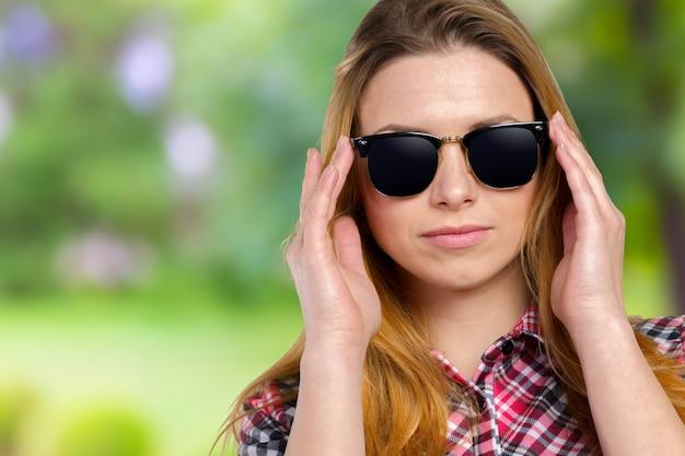 Hoofdschot van vrouw die zonnebril draagt