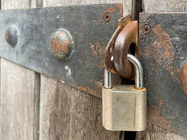 Hoofdsleutelslot op de deur met roestig metaal