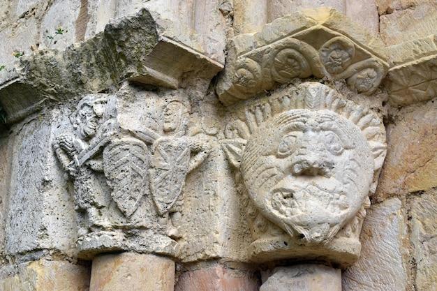 Hoofdsteden van de romaanse kerk van ribera. natuurpark valderejo. baskenland. spanje