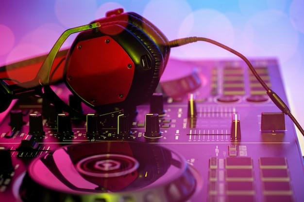 Hoofdtelefoon geplaatst op dj mixer in de nachtclub.