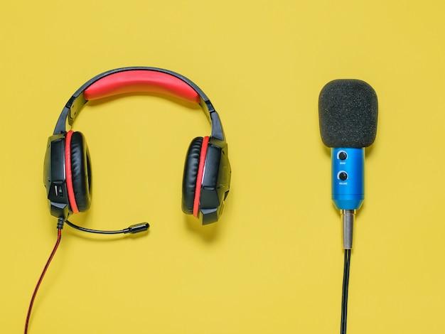 Hoofdtelefoon met microfoon op gele achtergrond. het uitzicht vanaf de top.