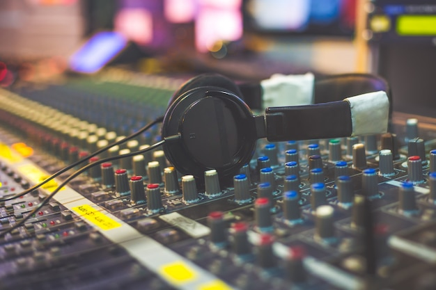 Hoofdtelefoon met sound-mixer studio