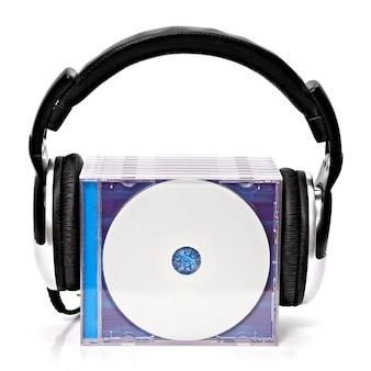 Hoofdtelefoon met stapel cd's