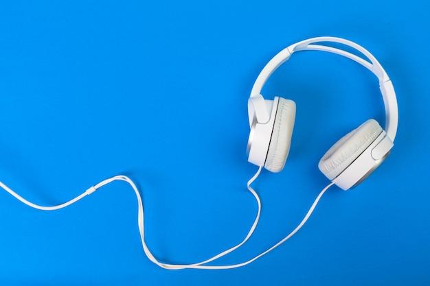 Hoofdtelefoon op blauw