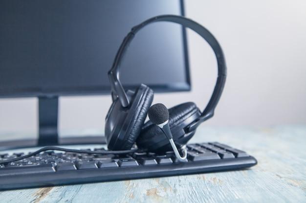 Hoofdtelefoon op computertoetsenbord. klantenservice. ondersteuning