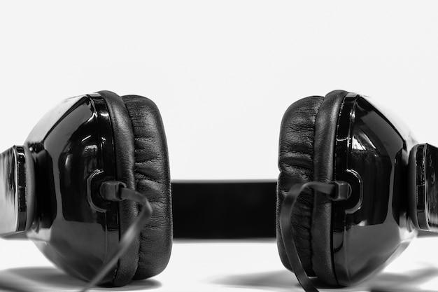 Hoofdtelefoon op een witte achtergrond zwart-wit tonen