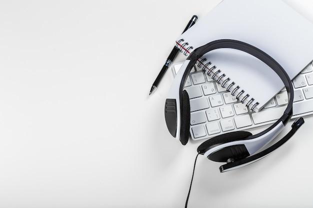 Hoofdtelefoon op laptop van de toetsenbordcomputer