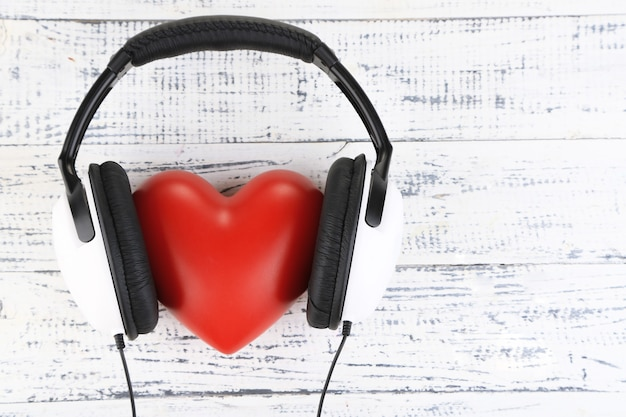 Hoofdtelefoons en hart op houten tafel