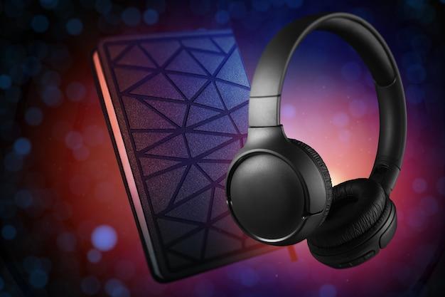 Hoofdtelefoons en notitieboekje op een lichte achtergrond van kleur. audioboekconcept.