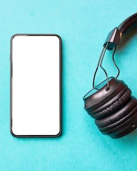 Hoofdtelefoons en smartphone op blauw