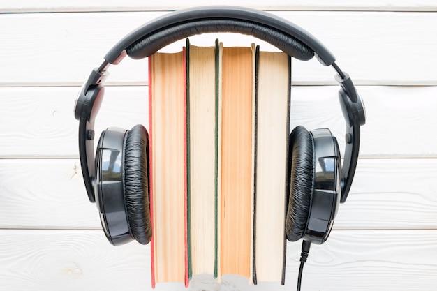 Hoofdtelefoons op vintage boeken op een witte achtergrond