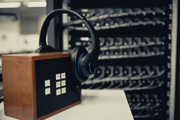 Hoofdtelefoons voor callcenteruimte.