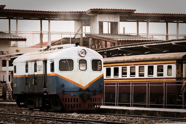 Hoofdtrein die op het spoor thailand loopt