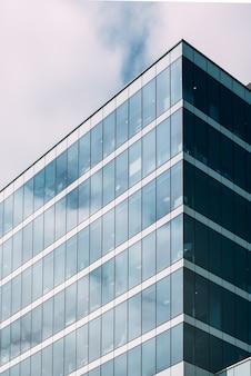 Hoog gebouw in het centrum van de stad