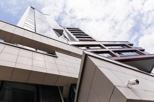 Hoog gebouw met architectuurgeometrie, modern exterieurontwerp met betegelde muren