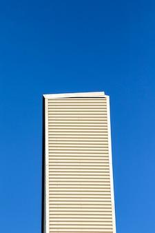 Hoog gebouw met blauwe lucht