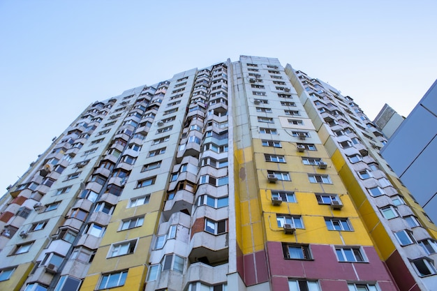 Hoog gekleurd flatgebouw in de stad chisinau