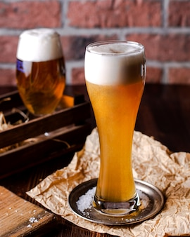 Hoog glas bier met schuim