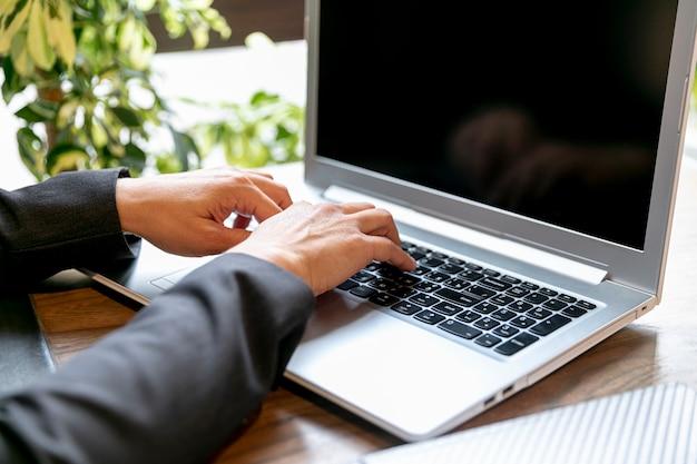 Hoog hoek elektronisch apparaat op kantoor