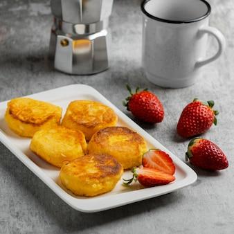 Hoog hoek heerlijk ontbijt met aardbeien